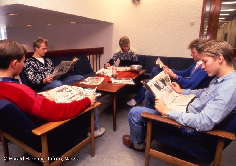 Dårlig diasdublikat, viser studenter i lese-kroken i andre etasje. Narvik ingeniørhøgskole. Bilde tatt til slides-serie for å promotere skolen i ulike sammenhenger.