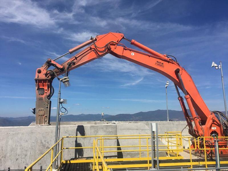 NPK B9500HD pedestal boom system with GH12 hydraulic hammer (1).jpg