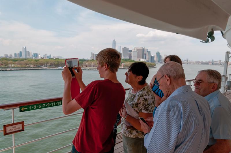 Oskar hilft ein paar Älteren Leuten mit Ihren IPhones und IPads.