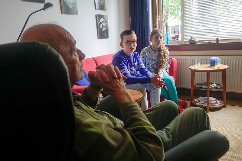 Nederland, Amsterdam, 7 juni 2017, Oorlog in mijn Buurt, meneer Prins, Oude Ijsselstraat, wordt geinterviewd, foto: Katrien Mulder
