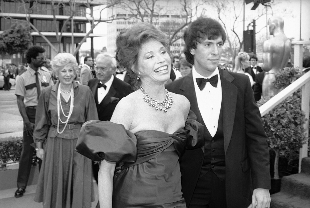 . Actress Mary Tyler Moore arrives for the 56th annual Academy Awards show in Los Angeles, Monday, April 9, 1984. Miss Moore is scheduled to present the award to the winner in the Best Supporting Actor category. With Miss Moore is her husband Dr. Robert Levine. (AP Photo)