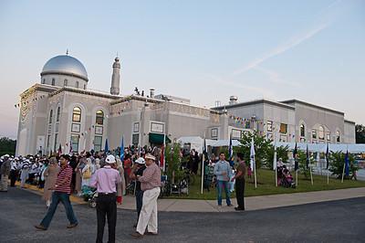 Hazrat Khalifatul-Masih V arrives at Baitur Rehman Mosque, Maryland