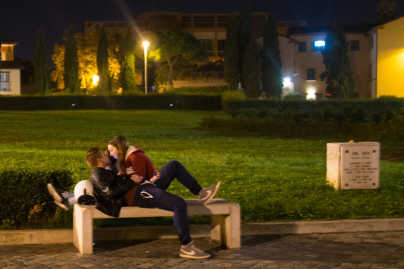 Rimini kissing couple.jpg