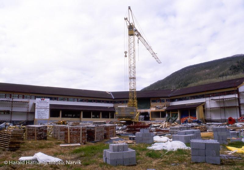 Bilde i serie fra Kjøpsvik i Tysfjord kommune. Bygging av rådhus for kommunen, i sentrum av Kjøpsvik.