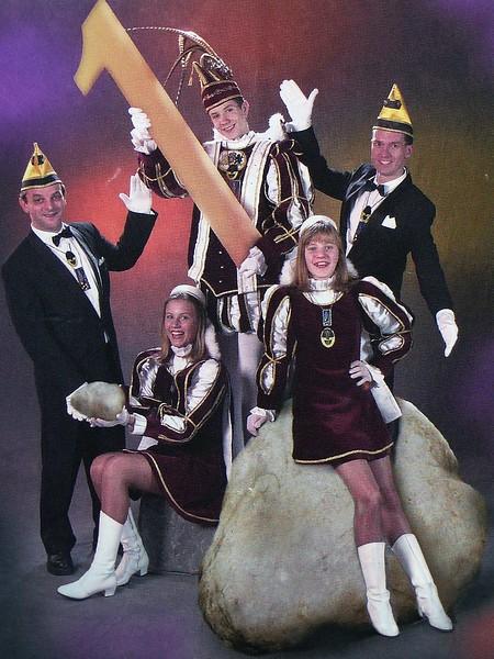 Kabinet Jeugdprins Rorry den Eerste (Brugmans). Van links naar rechts: Adjudant Bert Oerlemans, Page Rianne van de Berg, Prins Rorry den Eerste, Page Mariska Albrecht en Adjudant Alex Kirkenier