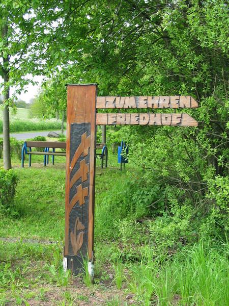 Sign: Zum Ehren Friedhof