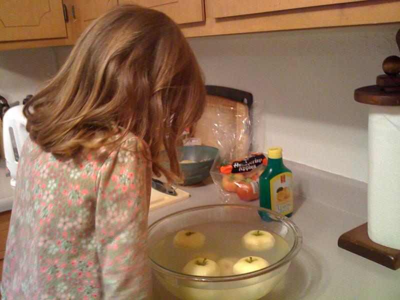 Soaking apple heads in lemon water