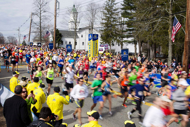. The first wave of runners starts the 117th running of the Boston Marathon in Hopkinton, Massachusetts April 15, 2013. REUTERS/Dominick Reuter