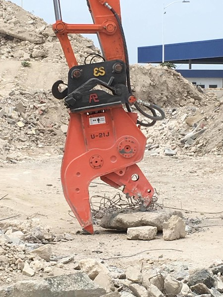 NPK U21J concrete crusher on Hitachi excavator - Aruba 5-17 (6).jpg