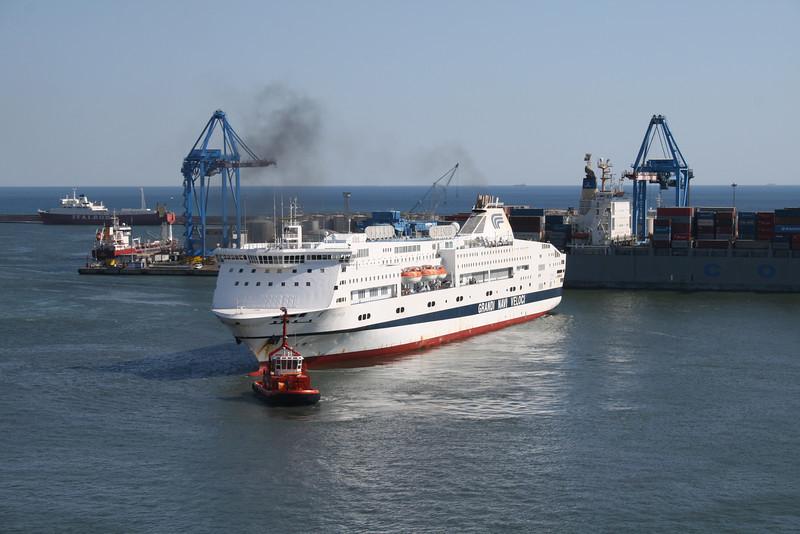 2010 - F/B SPLENDID maneuvering in Genova, helped by tug