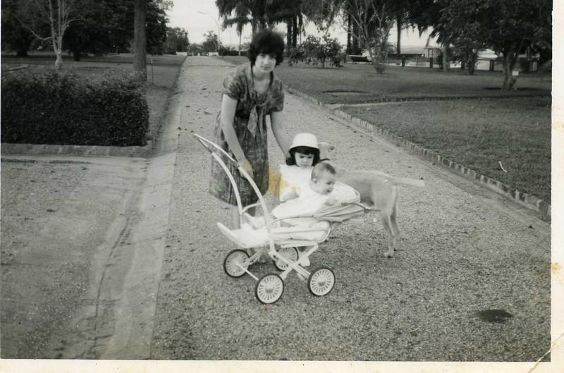 Emilia Simões e filhas Helena e Fernanda em Casanguidi