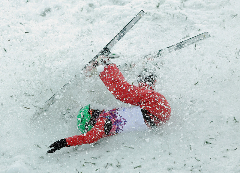 . China\'s Li Nina crashes on her final jump during the women\'s freestyle skiing aerials final at the Rosa Khutor Extreme Park, at the 2014 Winter Olympics, Friday, Feb. 14, 2014, in Krasnaya Polyana, Russia. (AP Photo/Andy Wong)