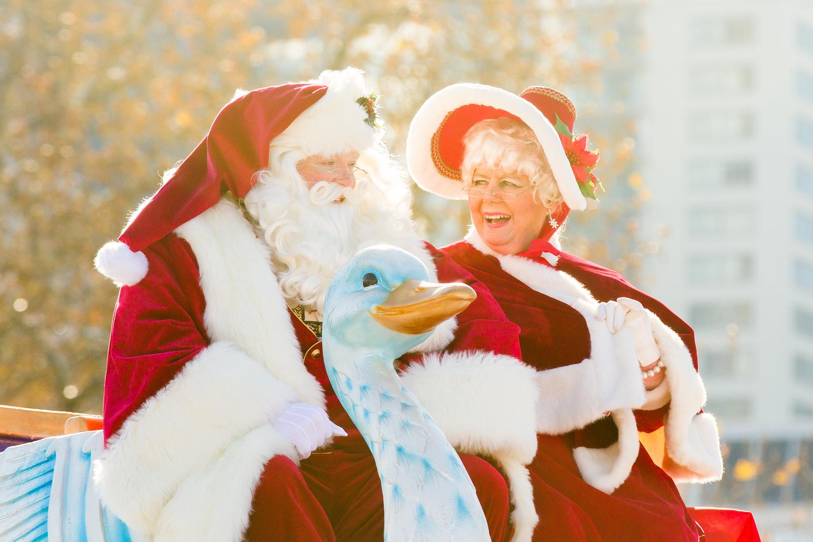 这对圣诞老人,形象太真了