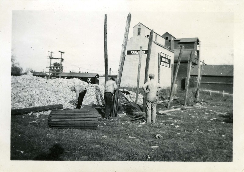 J194.  Eddie Q, others building fence - 1937.jpg