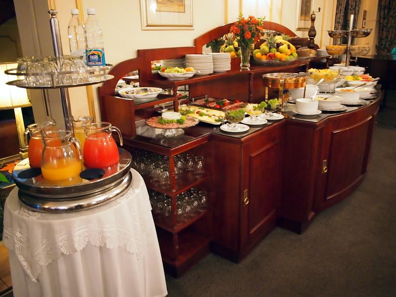 P3230251-breakfast-table.JPG
