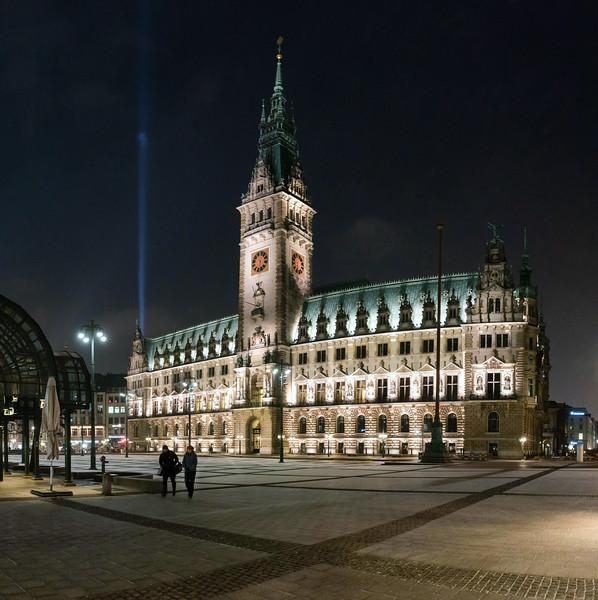 Rathaus Hamburg mit Rathausplatz in der Nacht