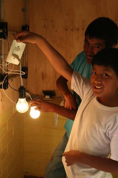 Niños capacitándose en el taller de electricidad - copia.jpg
