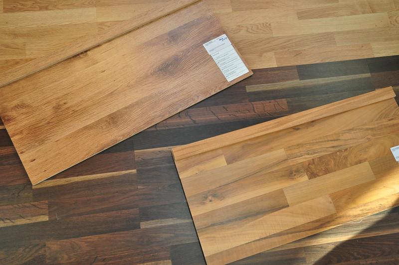 Unser Laminat. oben: Eiche Planken für das EG unten: Nussbaum Schiffsboden für das OG