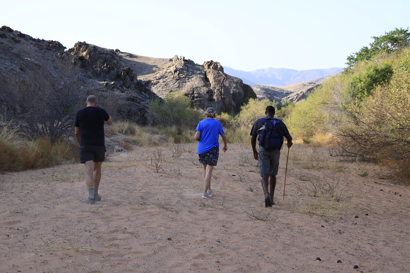 Hiking along the Kunene River that seperates Namibia from Angola