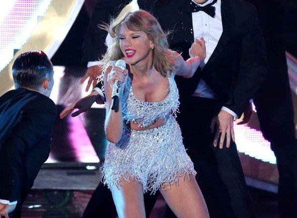 """. 10. (tie) TAYLOR SWIFT <p>She is never, ever going to live down the Ashlee Simpson comparisons. (unranked) </p><p><b><a href=\""""http://theconcourse.deadspin.com/taylor-swifts-vmas-performance-with-her-vocals-isolate-1626334694/+richjuz\"""" target=\""""_blank\""""> LINK </a></b> </p><p>   (Mark Davis/Getty Images)</p>"""