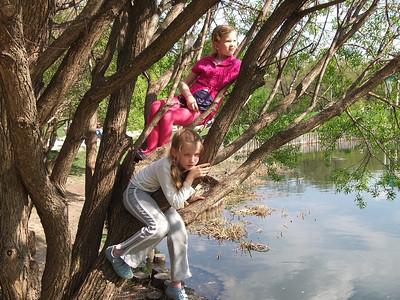 2014-05-01, Olya and Anya Provotorova in Park Dubki