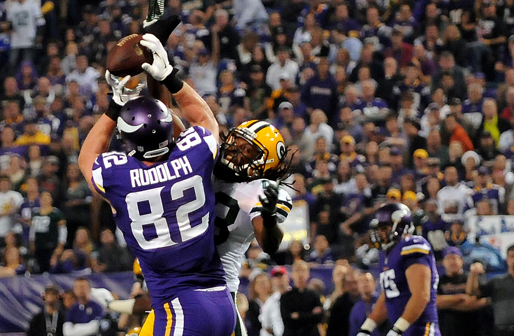 . Minnesota tight end Kyle Rudolph (82) pulls down a pass from quarterback Christian Ponder in front of Green Bay free safety M.D. Jennings (43) in the second quarter. (Pioneer Press: John Autey)