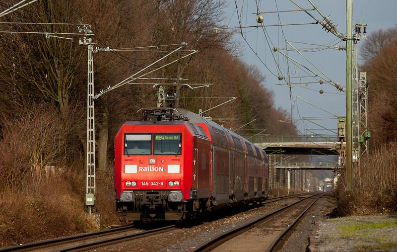 More than meets the eye - a leased Railion 145 on a RE4 commuter train (Dortmund-Aachen Hbf) approaching Kohlscheid.