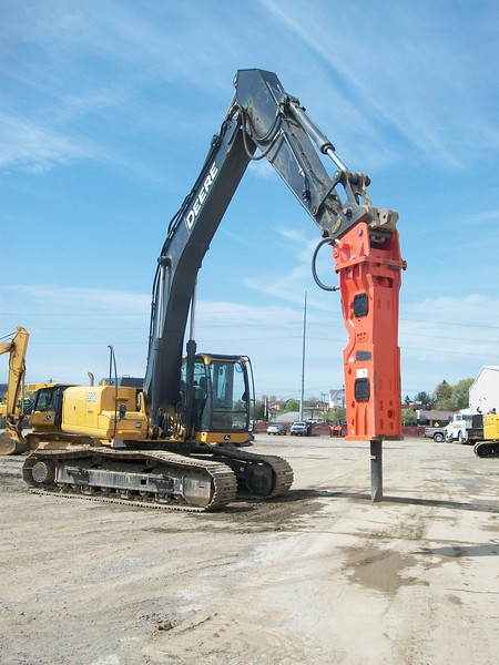 NPK GH15 hydraulic hammer on Deere 350G excavator (5).JPG