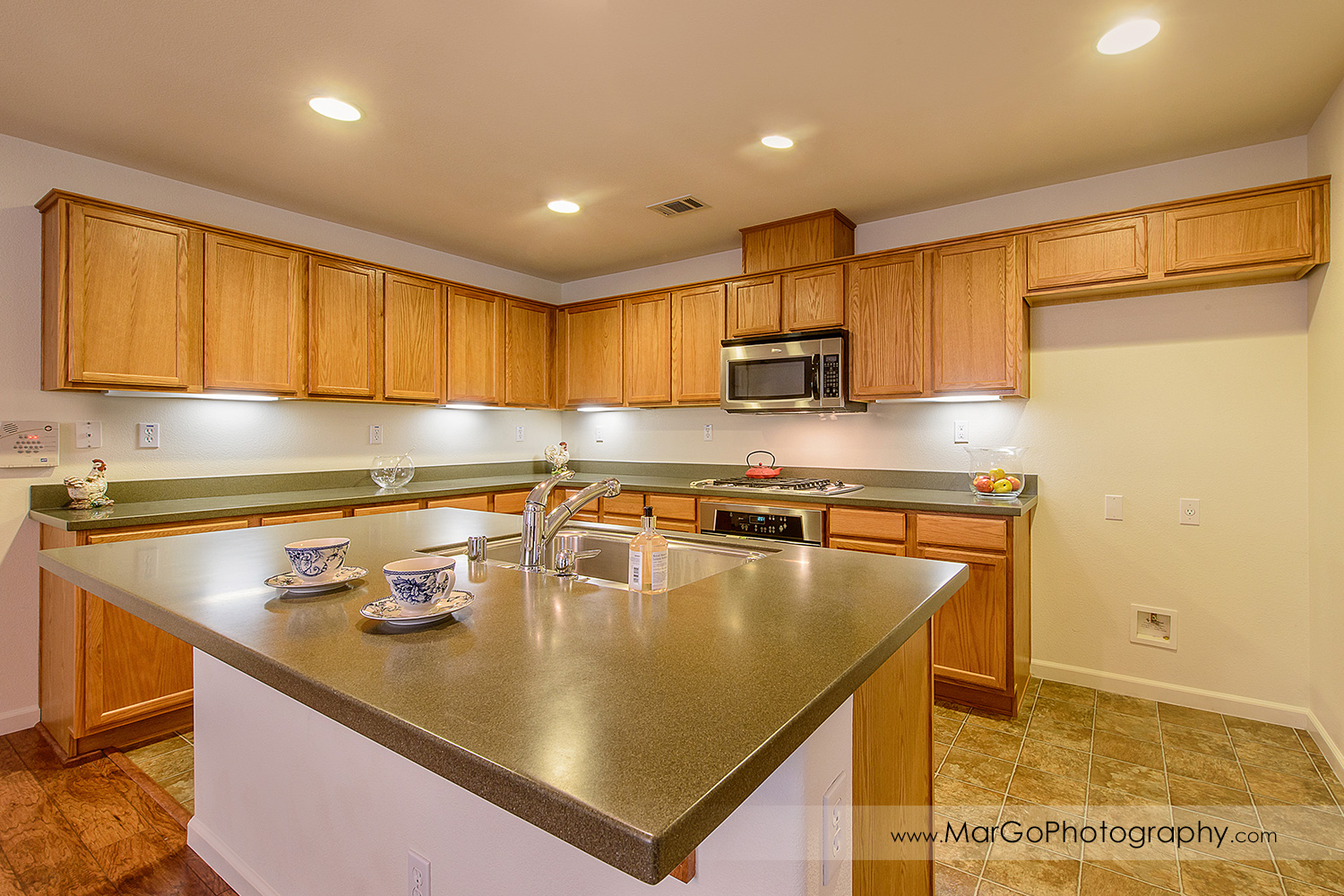 Pittsburd house kitchen with small island - real estate photography
