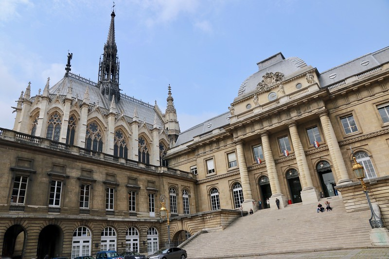 Palais de Justice on the right and the church of Saint Chapelle on the left