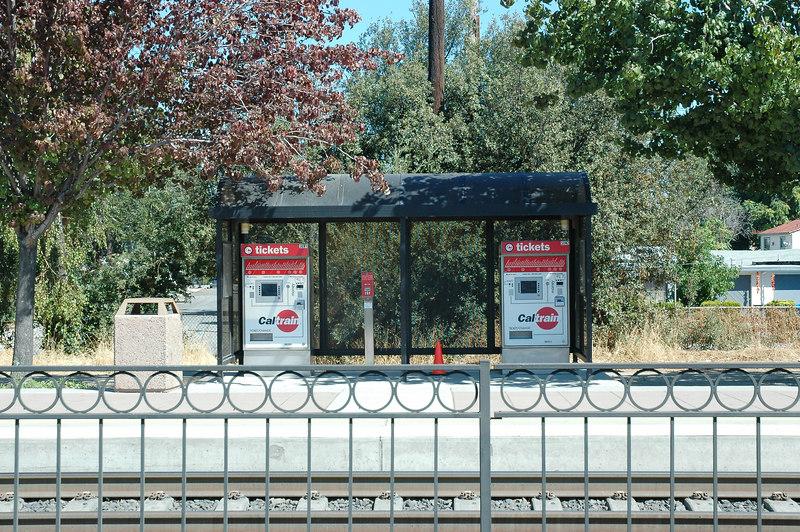 Caltrain沿線幾乎都是招呼站性質,因此大部分的人都在自動售票亭買票與驗票