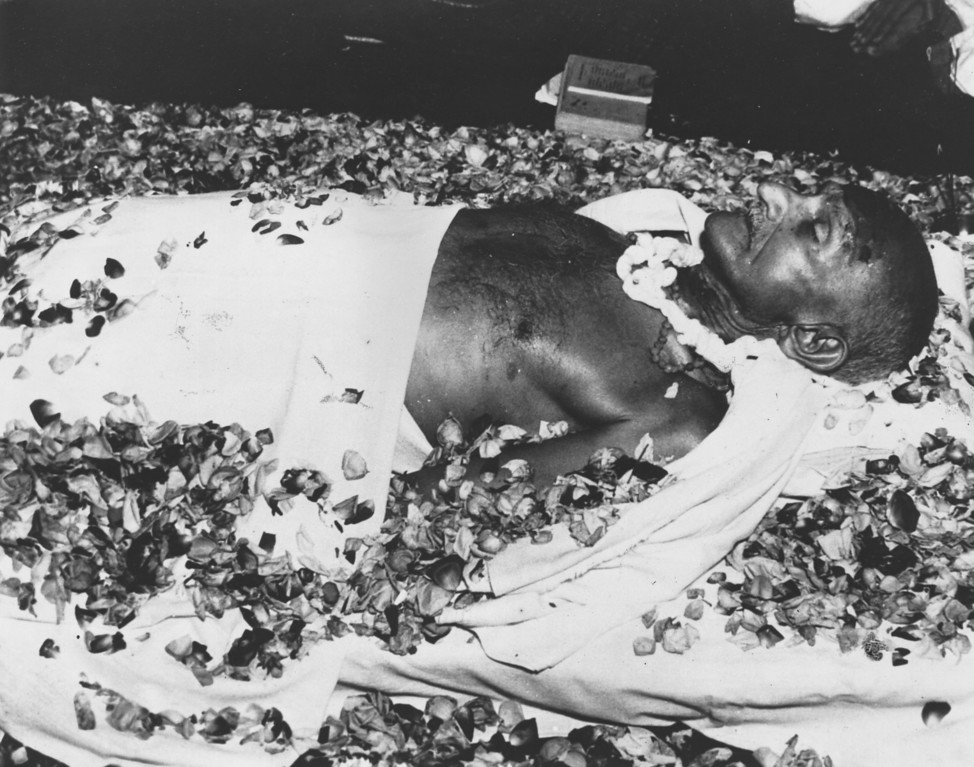 . The body of Indian nationalist leader Mahatma Gandhi (Mohandas Karamchand Gandhi) lying in state at Birla House, New Delhi, before the funeral cortege leaves for the burning ghats on the banks of the River Jumna, 1948.   (Photo by Keystone/Getty Images)