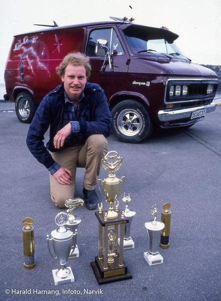 AmCar-entusiast med premiesamlingen sin som han fikk for sin bil