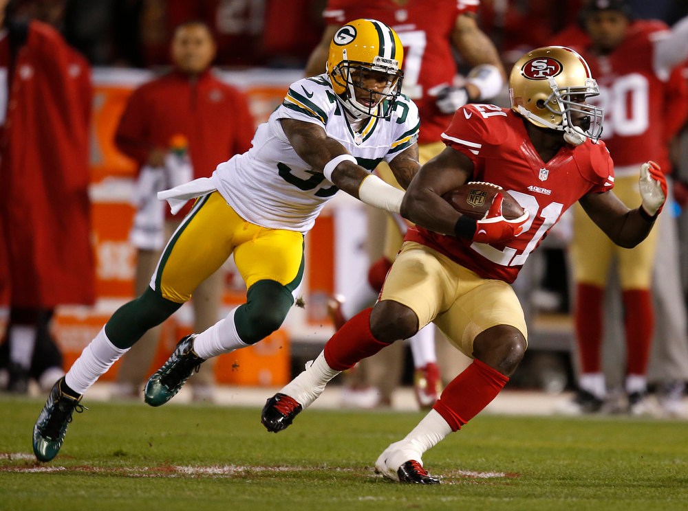 Description of . San Francisco 49ers running back Frank Gore (21) runs after a catch against the Green Bay Packers' Sam Shields (37) in the first quarter in the NFC Divisional Playoff on Saturday, January 12, 2013, at Candlestick Park in San Francisco, California. (Nhat V. Meyer/San Jose Mercury News)