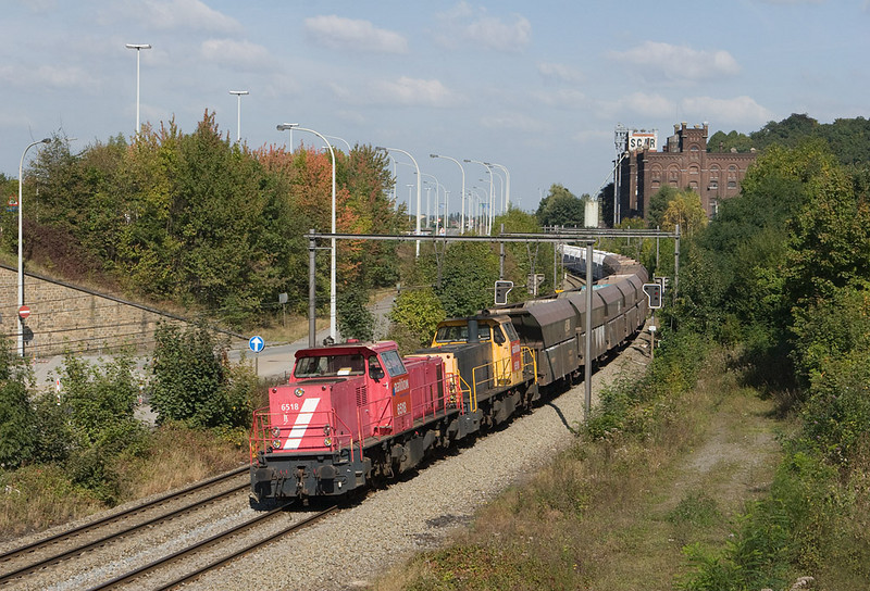 6518 + 6510 lead the empty limestone train 49665 (Beverwijk - Hermalle/B) through Argenteau in the Meuse valley. This is the same train as in the previous picture, now with Railion NL 6400s as power. This location is actually in Belgium.