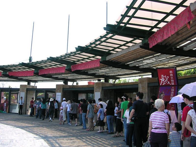 001大家排隊等進傳藝中心.JPG