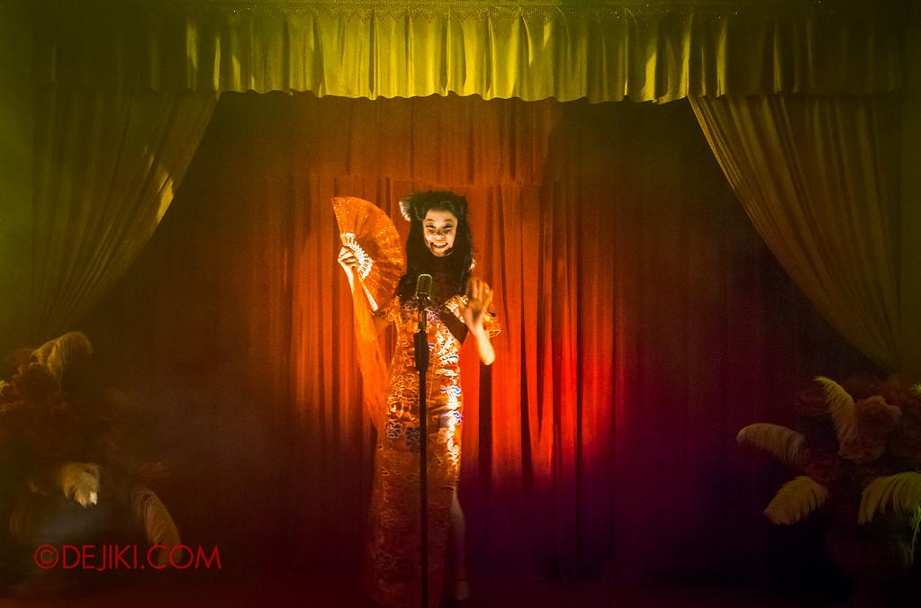 Halloween Horror Nights 6 - Hu Li's Inn / Foxy waving at us