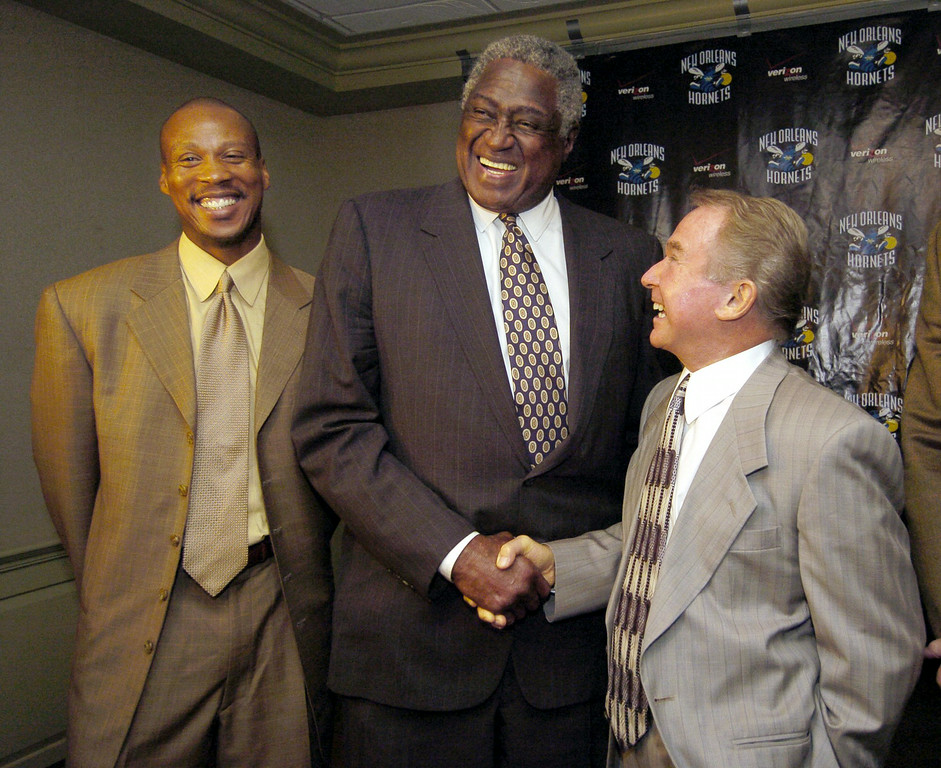 . NBA Hall of Famer Willis Reed, center, shakes hands with New Orleans Hornets owner George Shinn, right, as Hornets coach Byron Scott, left, looks on, in New Orleans, Tuesday afternoon, June 29, 2004, after a news conference was held  to announce that the Hornets had hired Reed as vice president of basketball operations. Reed, who led the New York Knicks to NBA titles in 1970 and 1973, was an adviser for the Knicks last season after 14 years in the New Jersey Nets\' front office.  (AP Photo/Bill Haber)