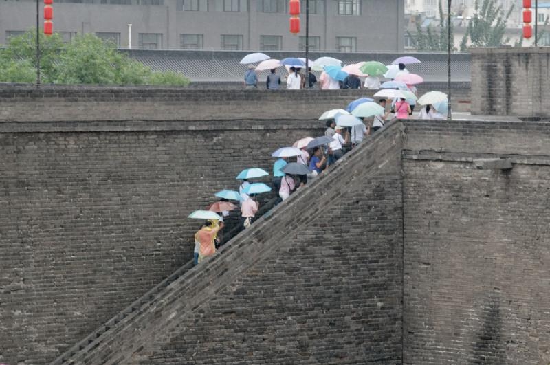 Draussen regnete es leider die ganze Zeit, so dass wir auf der Stadtmauer von Xian keine Fahrradtour machen konnten.