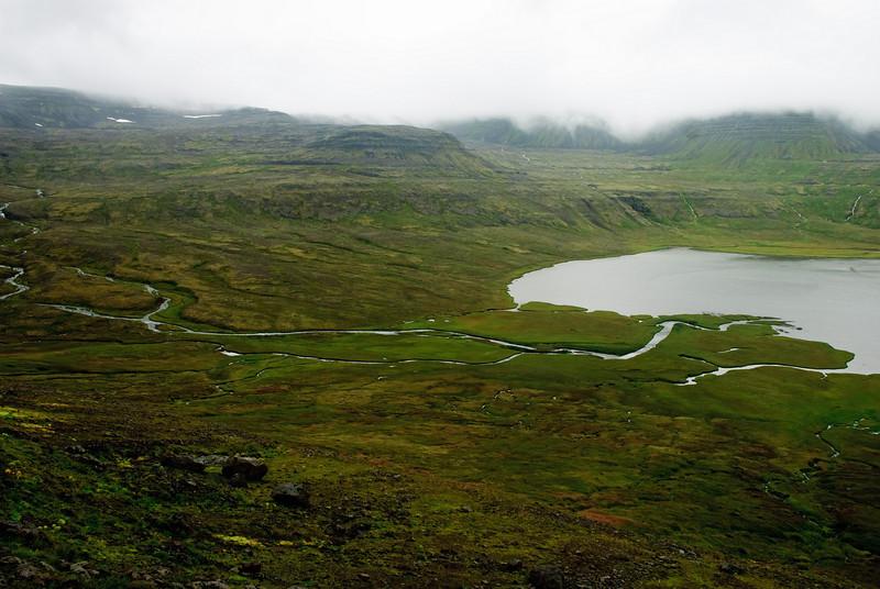 Loksins smáútsýni. Fljótskarðsöxl, Glúmsdalur. Reiðá liðast frá Jökladölum. Fljótsvatn.
