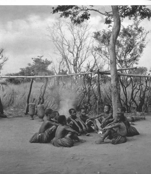 Rapazes da mukanda durante um descanso