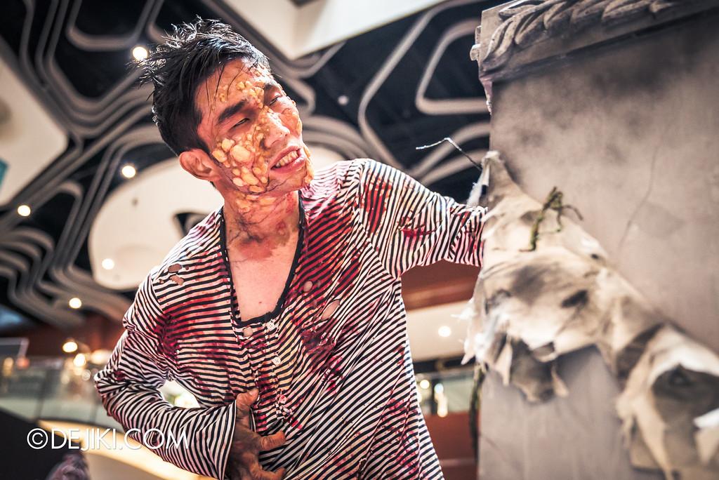 Universal Studios Singapore - Halloween Horror Nights 6 Before Dark Day Photo Report 2 - Roadshow 2 / poisoned teen hold