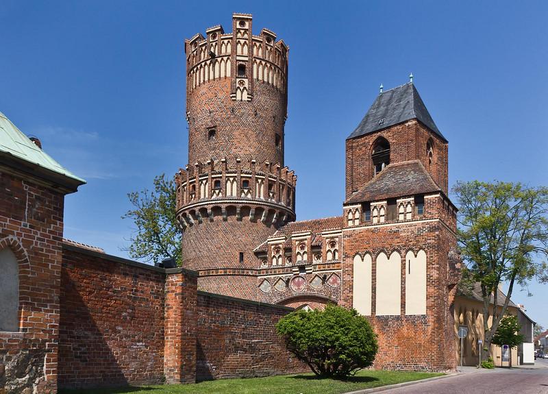Tangermünde, Neustädter Tor, Gesamtanlage mit Turm von St. Nikolai im Hintergrund, von Südwesten