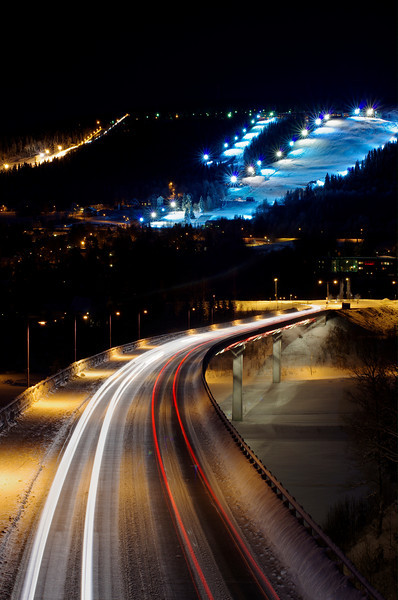 Nattbild över Sollefteå och Hallstaberget.
