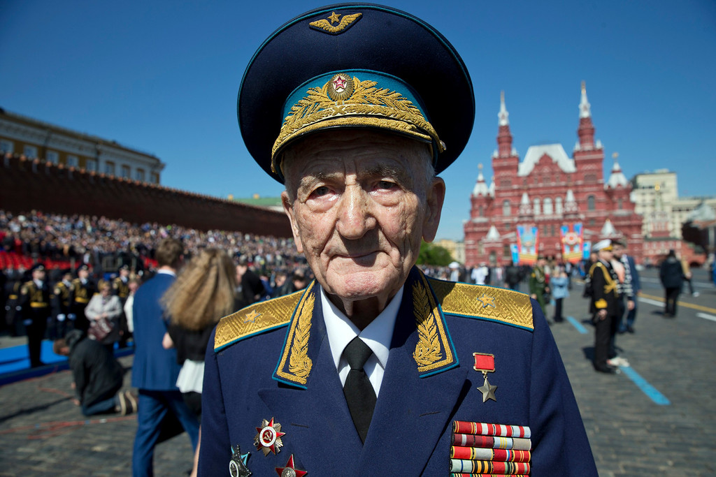 . Russian WWII veteran Sergei Kramarenko poses after the Victory Day parade in Red Square in Moscow, Russia, Friday, May 9, 2014.   (AP Photo/Pavel Golovkin)