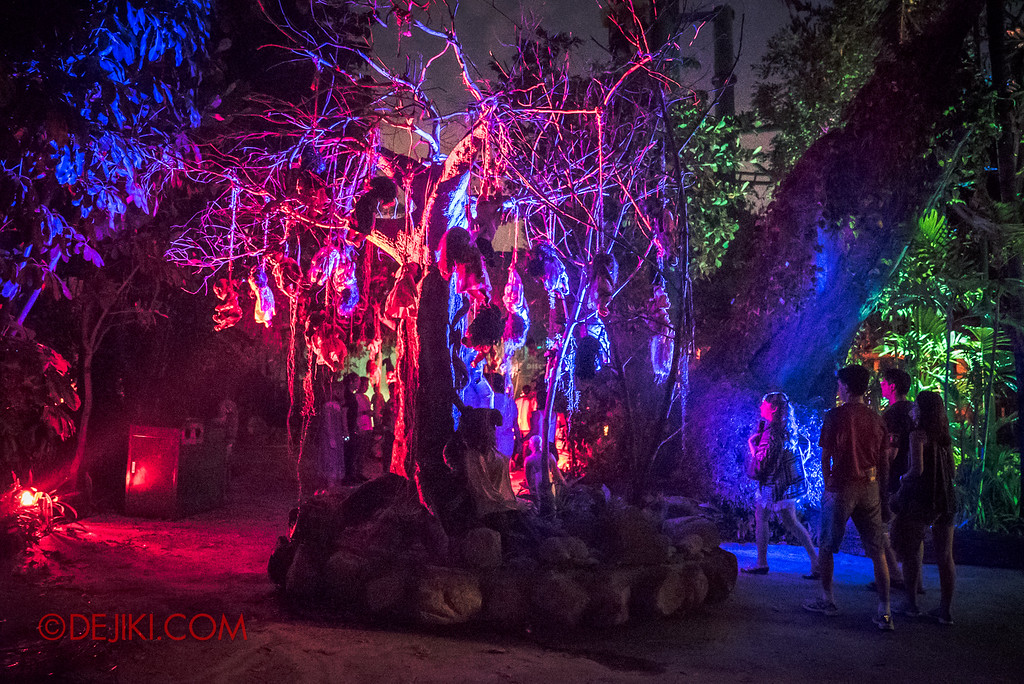 Halloween Horror Nights 6 - Suicide Forest scare zone / The tree of dolls