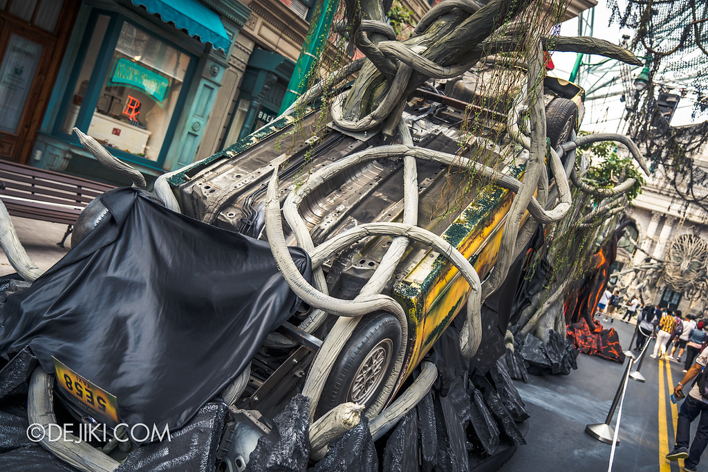 Universal Studios Singapore Halloween Horror Nights 8 / Apocalypse Earth scare zone overturned car