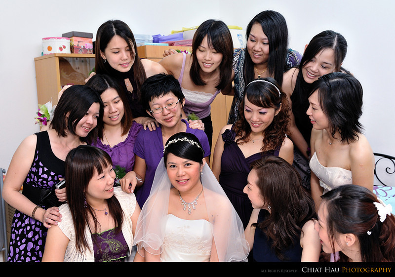 The bride and the gang of sisters~!