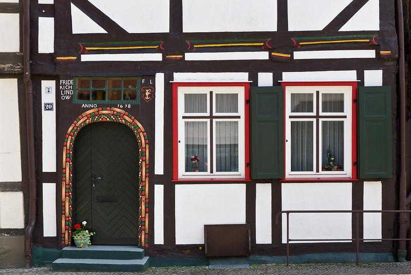 Tangermünde, Haus Kirchstraße 20 (1618), Rundbogentür mit Perlstäben und Tauband