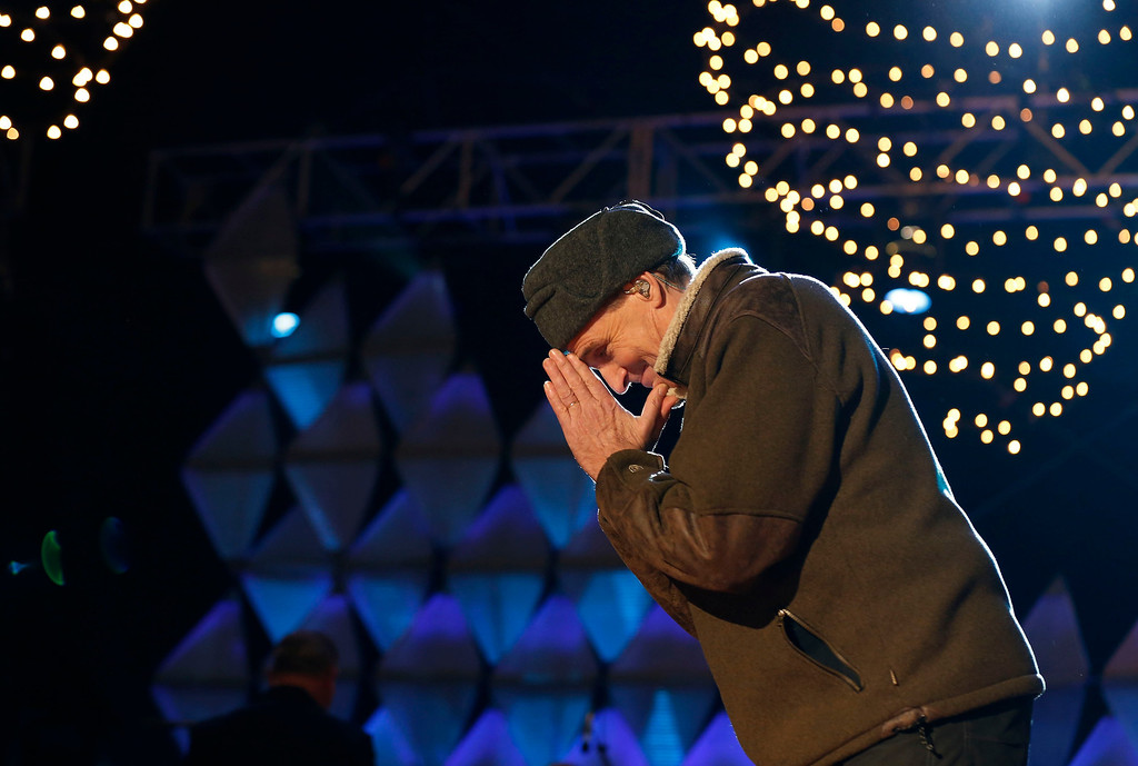 . Singer James Taylor thanks the crowd after singing at the end of the show at the official lighting of the National Christmas Tree ceremony on the Ellipse in Washington, December 6, 2012.       REUTERS/Larry Downing